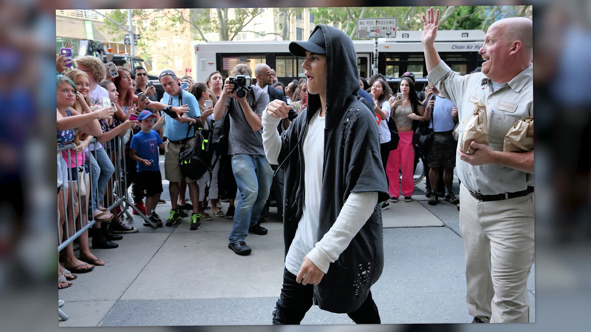 Justin Bieber Mobbed By Fans In New York