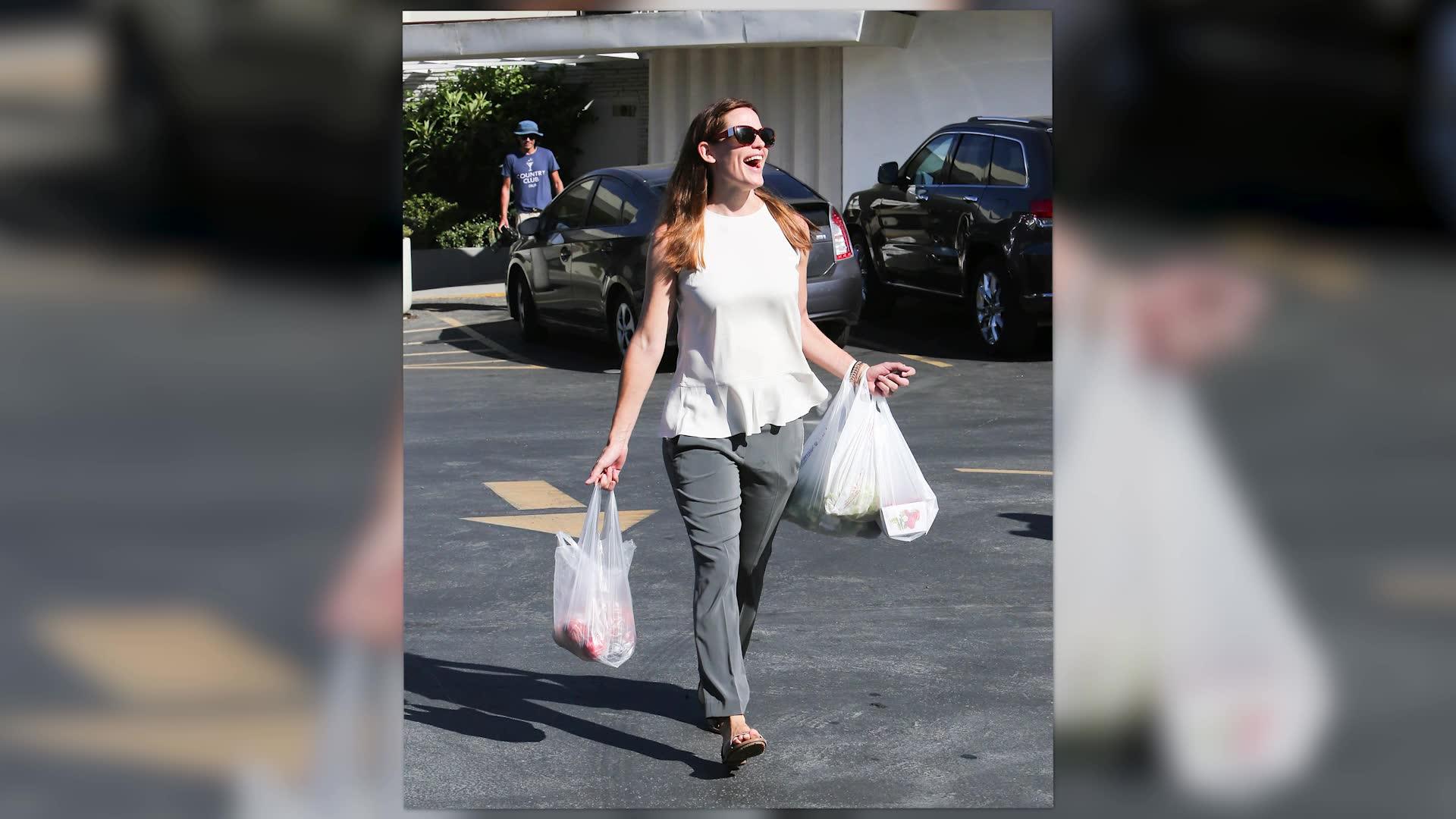 Jennifer Garner Smiles Through Her Split At The Famers Market