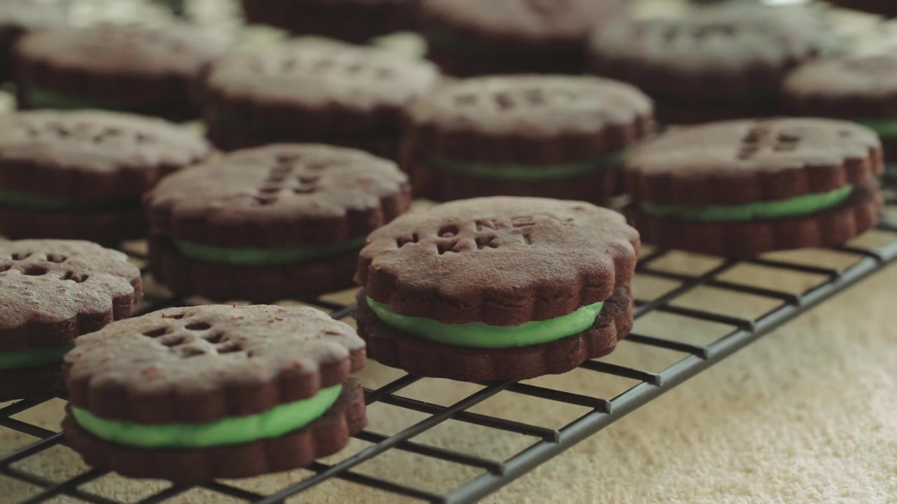 Honeykki Episode 4: Choco Sandwich Cookies With Mint Butter Cream