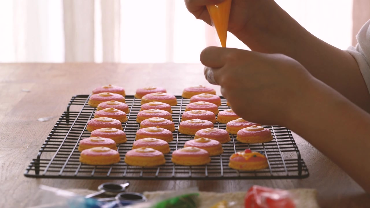 Honeykki Episode 11: Sailor Moon Brooch Macaroon With Cream Cheese