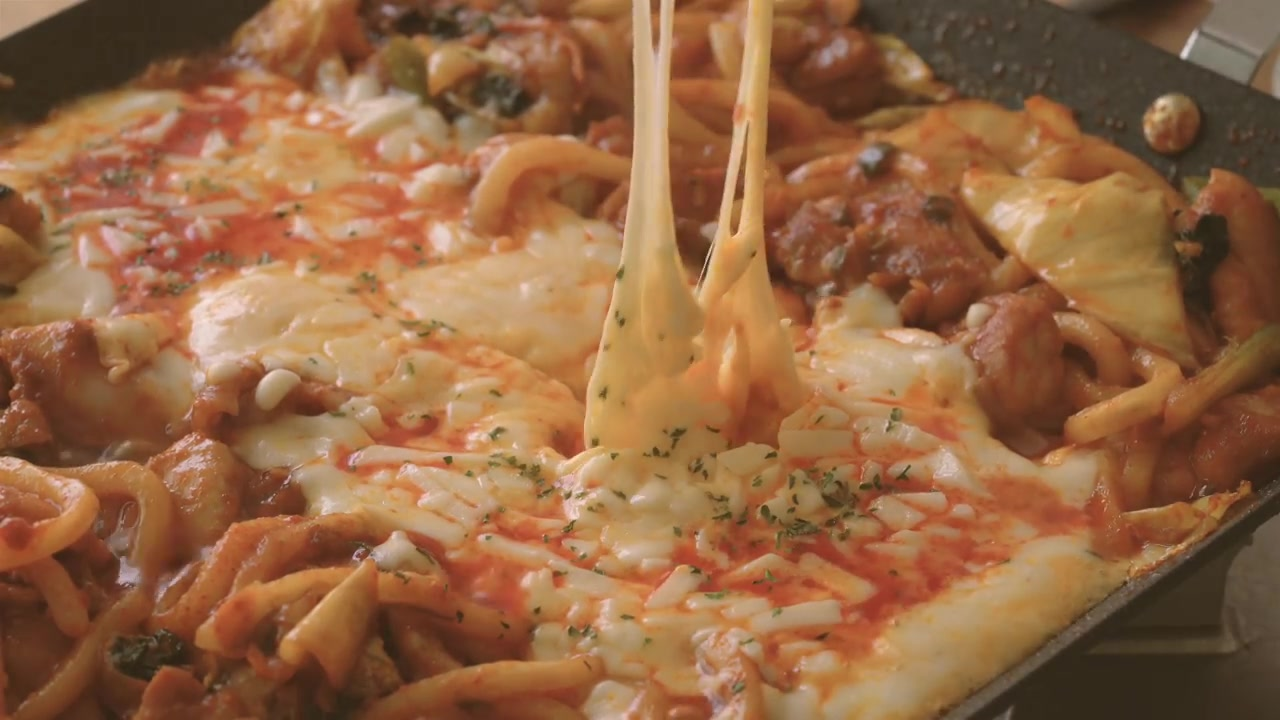 Honeykki Episode 12: Cheese Dakgalbi (Spicy Stir-Fried Chicken Topped With Cheese)